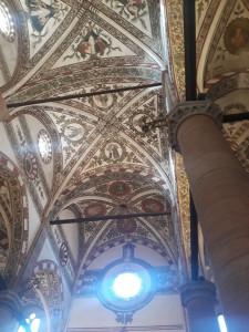 Bandingin sama Gereja St Anastasia di Verona yang dilukis sampe langit-langit